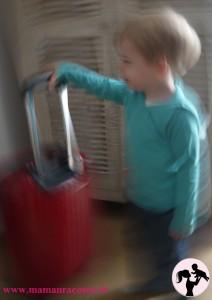 Bébé avec valise flou2