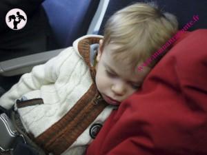 Bébé dort dans l'avion2