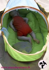 bébé dans sa tente pop up sur la plage