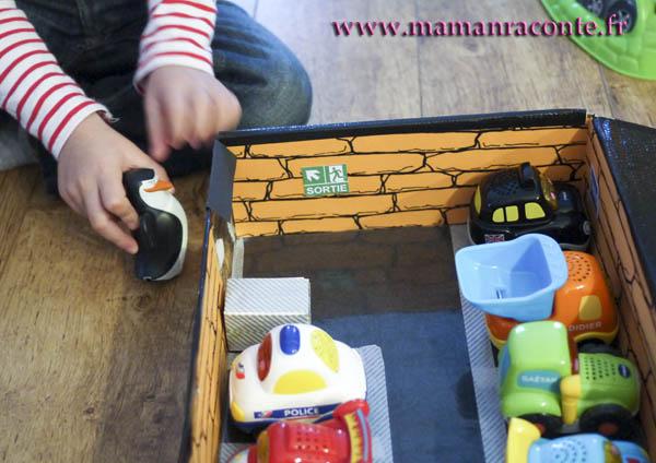 Parking pour petites voitures fabriqué avec une boite en carton 12