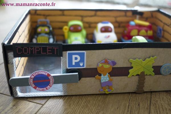 Parking pour petites voitures fabriqué avec une boite en carton 8