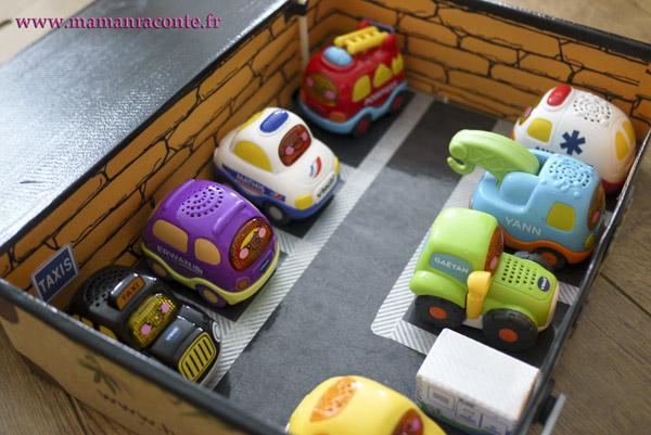 Parking pour petites voitures fabriqué avec une boite en carton 9