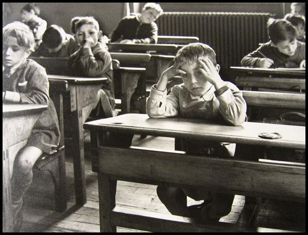 3-ecolier-seul-robert-doisneau-1956