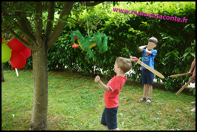 25. destruction pinata dragon - anniversaire dragon pour enfants
